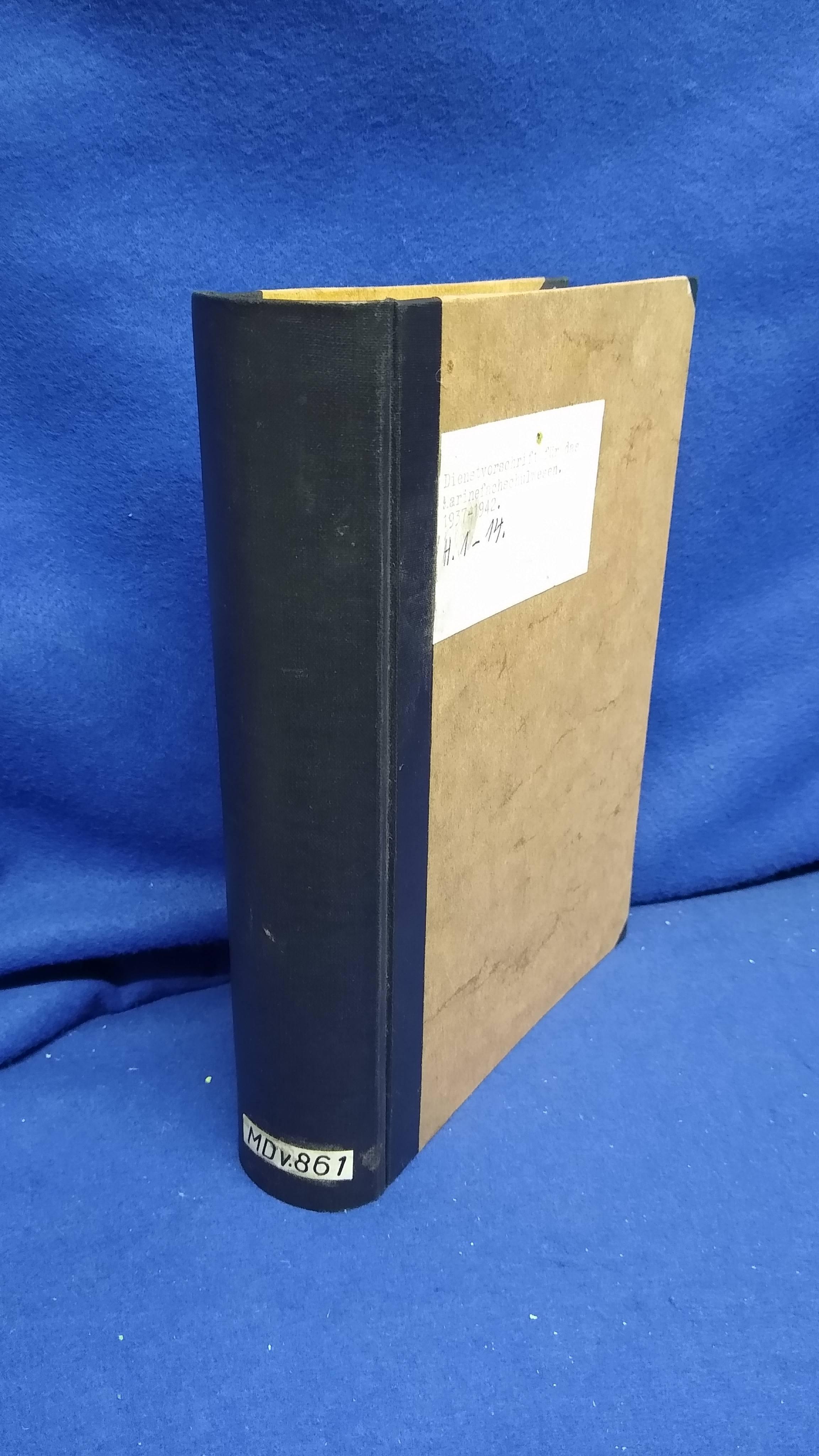 Sammelband mit 13 Marinedienstvorschriften M.Dv. 861 für das Marinefachschulwesen.